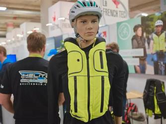 这难那名男子又开口说话了道是软猬甲?法国自行车安全背心亮相CES2019