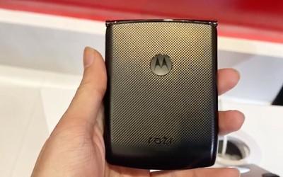 【极速上手】摩托罗拉Razr折叠手机上手 折叠新方式
