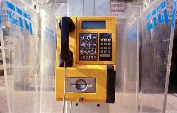 你认为公共电话消失了?想不到吧它还在那里发光发热