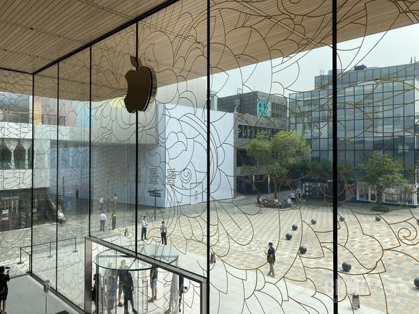 在Apple三里屯店二楼观赏美景