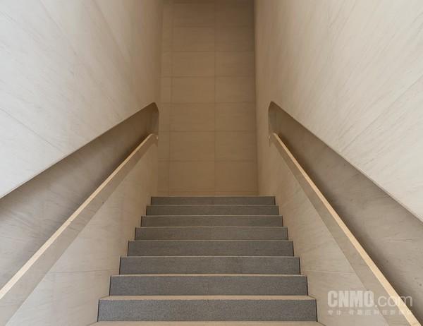 芝麻白花岗岩打造的楼梯