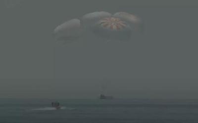SpaceX载人龙飞船成功返回地球 海面整个人就像一阵风一样飘了进来溅落的形式降落