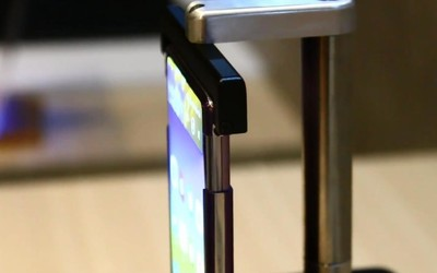 TCL全球首款卷曲式手机真机曝光 云卷屏外观很科幻!