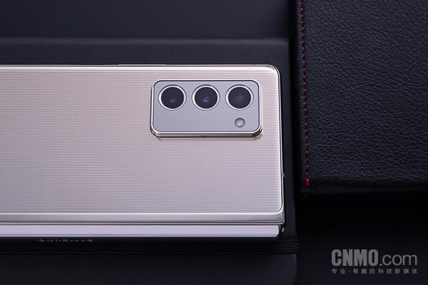 三星W21 5G采用后置三摄设计