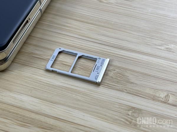 三星W21 5G采用双SIM卡设计