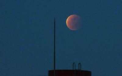 """罕见!超级月亮邂逅月全食 """"超级红月亮""""现身夜空"""