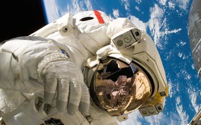 还有这操作?俄航天员在太空用尿液回收水来饮用