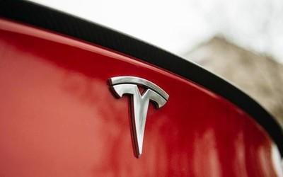 特斯拉車主被困車內險窒息 特斯拉回應:系電池所致