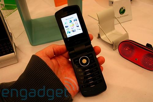 索尼爱立信新款翻盖手机Z555i-CES2008索尼爱立信新品Z555真机图赏